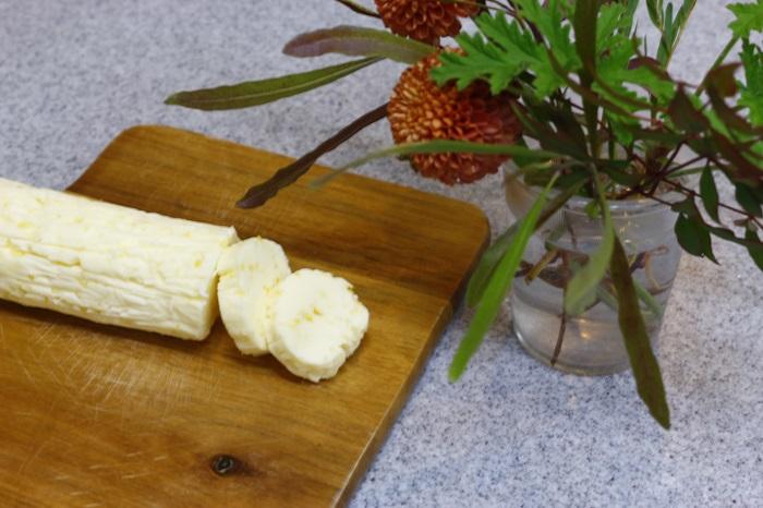 1.無塩バター200gは常温に戻しておく。塩レモン大さじ1を刻み、柔らかくなったバターによく混ぜる。  2.ビンに詰めて冷蔵庫で保存する。ラップで円筒状に丸めて保存しても。