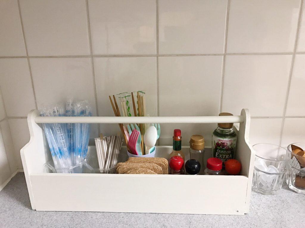 早速、ばらついていた調味料などを収納。キッチンの一角をきれいに整理整頓することができました。また、箸やストローも倒さずに取りやすくて便利。ナチュラルなアースホワイトの色合いで、キッチンをおしゃれ空間に変身。