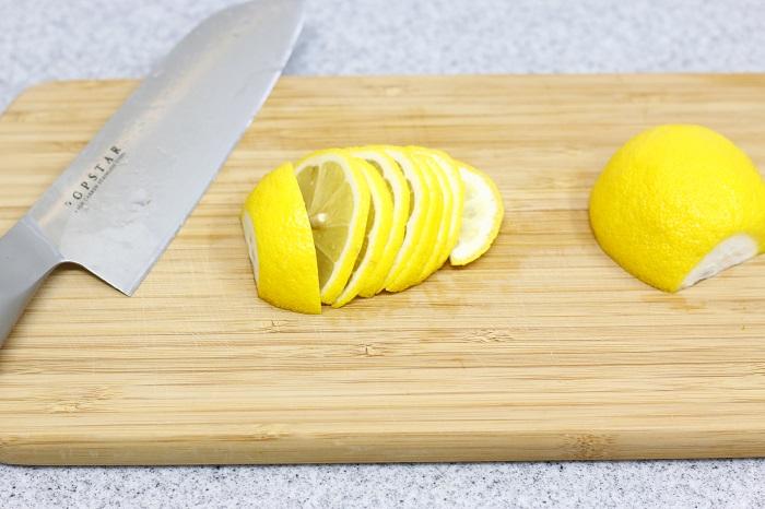 2.レモンはよく洗い、好みの大きさに切る(今回はうす切りで作ります)。塩はレモンの10~20%用意する。塩分は高いほうが保存がきく。