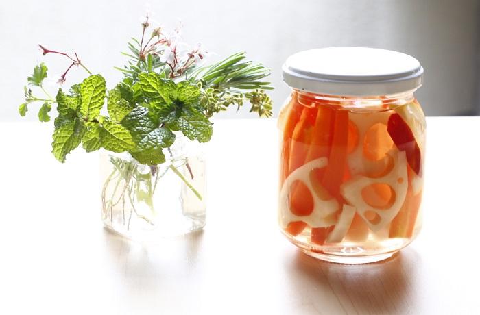 野菜のピクルスを作るとき、いつものピクルス液に塩レモンを足せばとてもよい香りのピクルスを楽しむことができますよ。    塩レモンピクルスの作り方  1.野菜を切る。根菜類のピクルスを作るときは、さっと塩ゆでしておく。  2.酢1カップ、水1カップ、塩小さじ3分の2、砂糖大さじ3、タネを抜いたとうがらし1本を中火にかける。ひと煮立ちしたら火を止め、塩レモン適量を加える。  3.保存ビンに1の野菜を詰め、2が熱いうちに注ぐ。あら熱が取れたら冷蔵庫で保管する。翌日から食べられる。