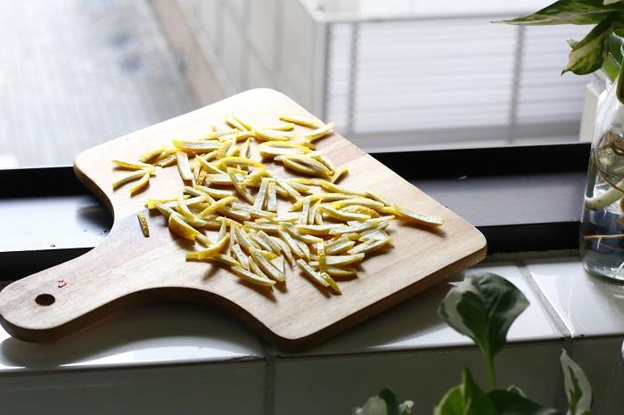 1.レモンの皮1個分を刻み、1時間ほど乾燥させる。乾いたら、保存ビンにレモンの皮とたっぷりのオリーブオイルを入れる。  2.冷暗所で2週間ほど香りを移す。よい香りのオイルができたらレモンの皮は引き上げる。