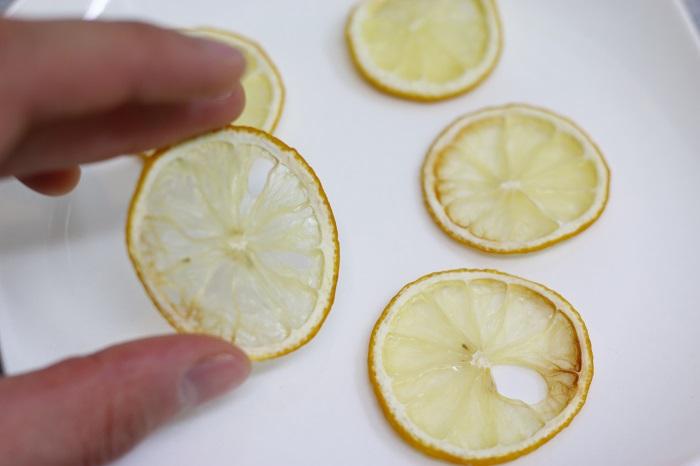 3.出来上がったドライレモンはもちろん食べられます! そのまま紅茶に浮かべたり、ケーキの飾りつけにしても◎