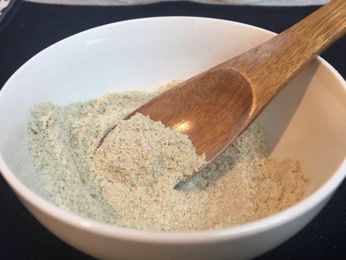 小麦粉を加えることで、米ぬかが肌にフィットしやすくなります。