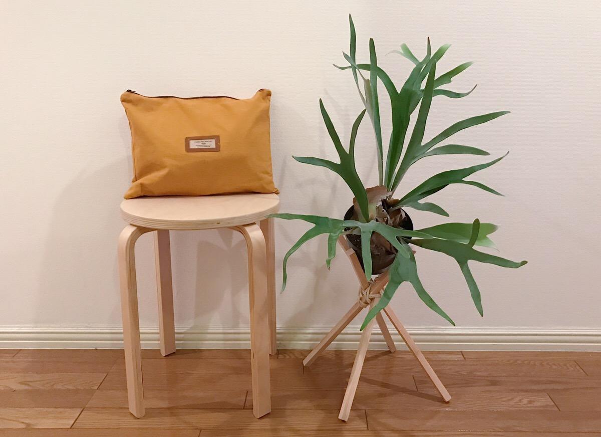 植物をおしゃれ、かつコスパが良く簡単に作れるプランツスタンドのご紹介でした。お好みの色を塗って、ご自身のオリジナルインテリアアイテムとして楽しむのもおすすめです。
