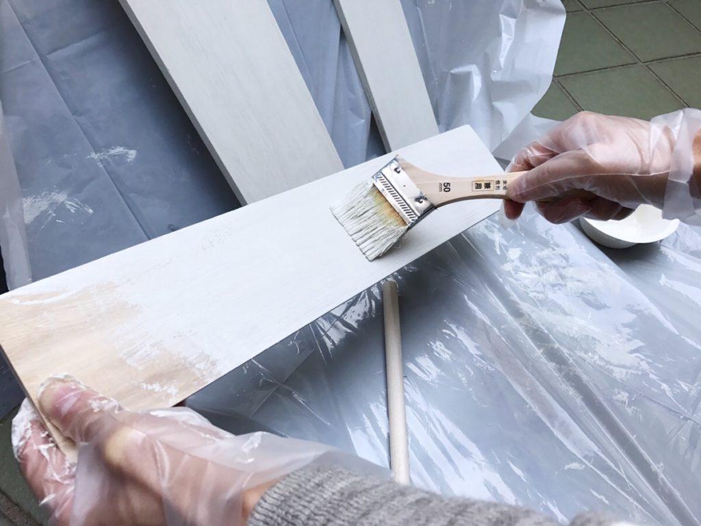 作り手順  材料の木板を全部塗ります。水性塗料を使う際は、跳ねて汚れないようにビニール袋を敷いたり、ビニール手袋をしましょう。またムラがないように塗っていくのがポイントです。