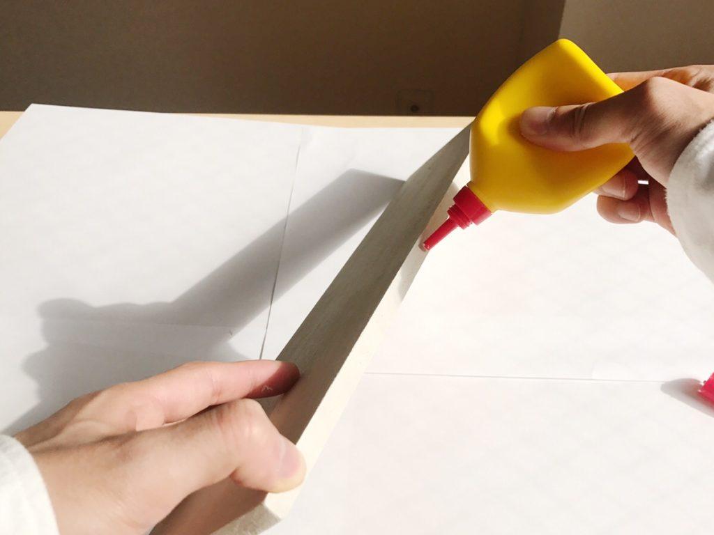 カットしたら、ボンドを塗って組み立てていきます。 強度をつけるために接続部分に釘を打つのもおすすめ。