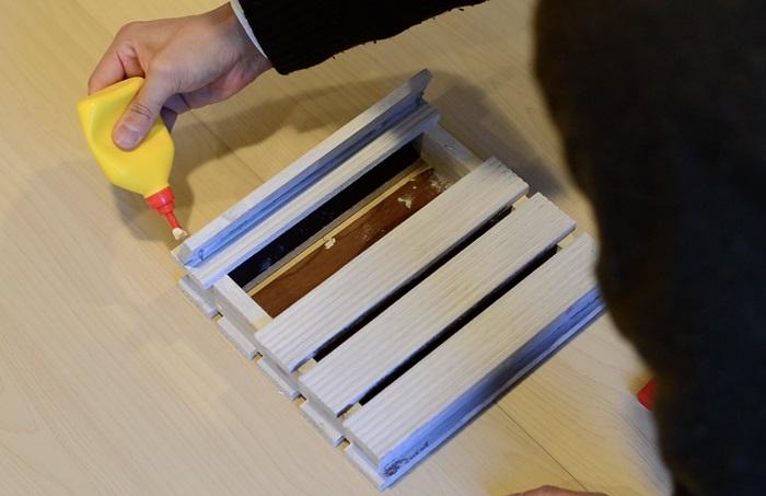 このような感じに!手紙やポストカードを入れるとおしゃれなインテリアアイテムに変身。壁にかけて楽しみたいですね。  屋根部分をうまく斜めにするポイントは、斜めに屋根をつけるときに釘を打って屋根の下部分を支えています。上の部分にボンドを塗って固まると、きれいに固定できます。