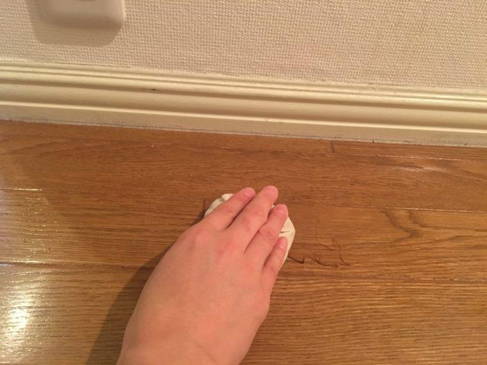 木綿やガーゼの布にくるんだ米ぬかで床を磨いていきます。