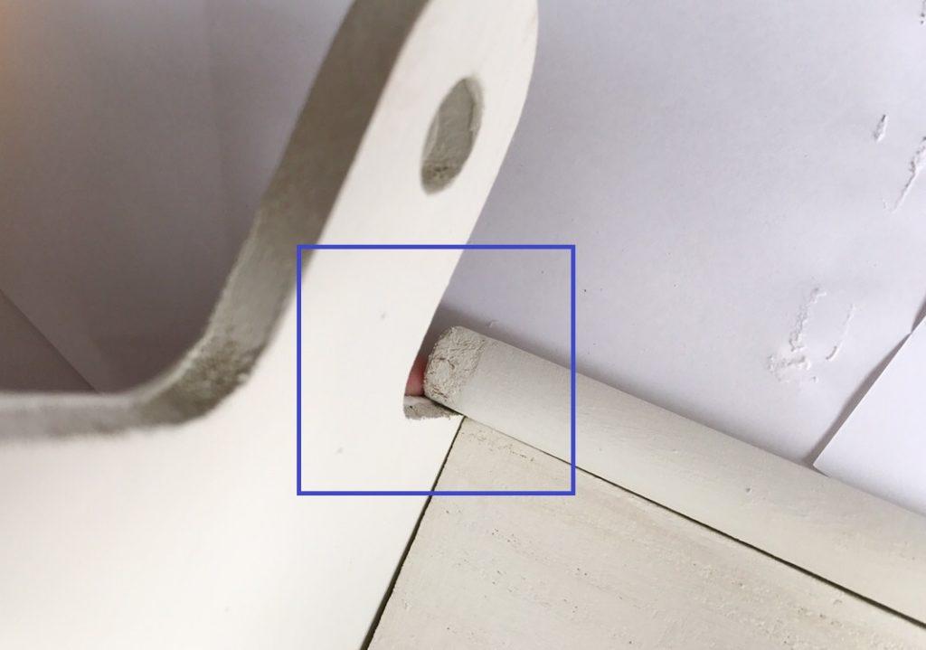 カッティングボードの穴に木の棒を挿し込み、とってを作ります。