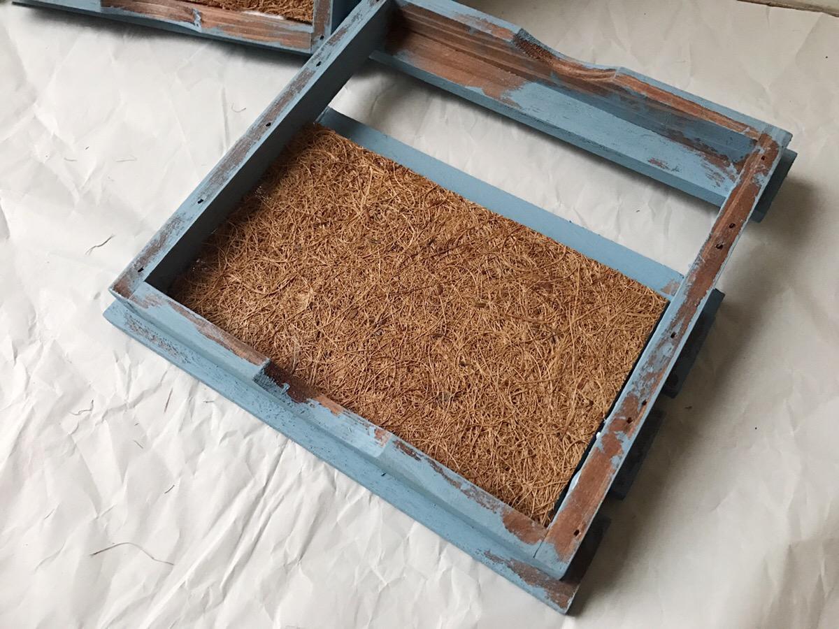 ココシートをサイズに合わせてカットして、ウッドデッキの裏面に貼り付けていきます。