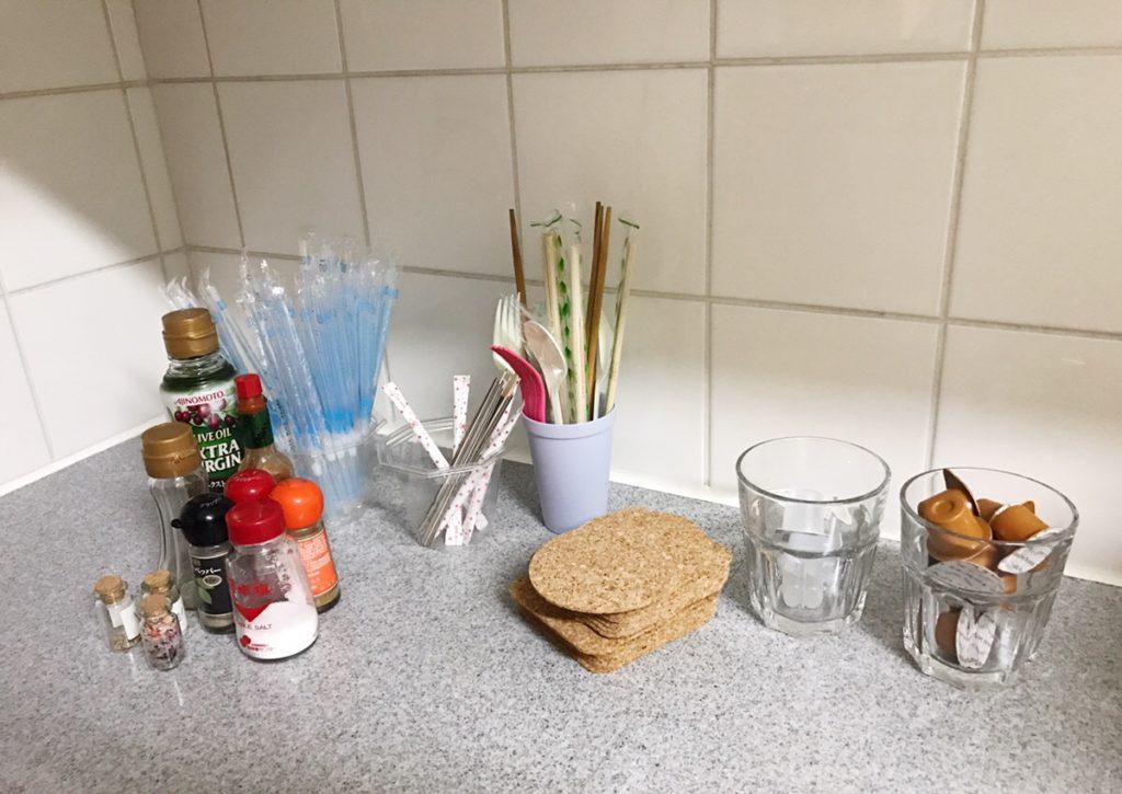 オフイスのキッチンまわり、みんながよく使うものや調味料などで、一体感がなくばらついているのが目につきます。整理整頓してすてきなキッチンにしたい。