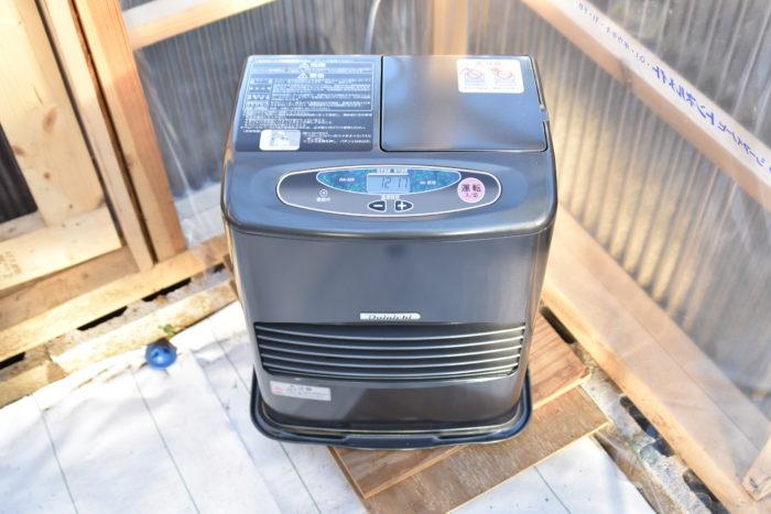 エアプランツは耐寒性が弱く、最低気温が10℃を下回らないように注意してください。  ストーブやエアコンなどを使って保温すると良いでしょう。  湿度はさほど注意する必要はありませんが、気温が20℃前後以上ある場合は普段通りに水やりをしてください。  気温が低い場合は水やりの回数を減らし、耐寒性を上げてください。  植物は乾燥してくることで樹液が濃くなり、耐寒性が上がります。  週1回程度水やりをしていればいきなり枯れるということは起こりにくいです。  むしろ寒いのに水やりを多くやり、腐らせてしまわないように注意しましょう。