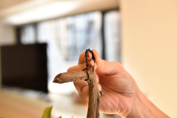 捩った針金やS字フックなどを流木に取り付けます。  難しいようであれば麻紐などもオススメです。