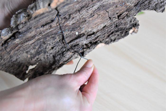 最後にコルクの裏側でワイヤーを締めあげるように捩じって固定すれば板付けは終了です!