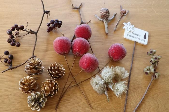 フレッシュな常緑樹(モミ、ヒバ、コニファーなど)とナチュラル素材の飾り