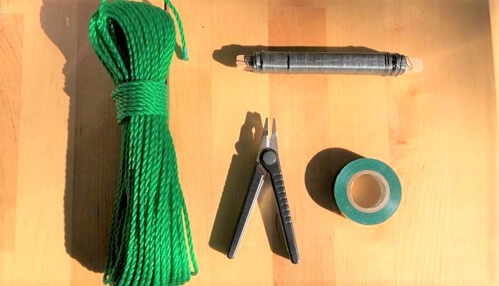 芯用のロープ(長さは飾りたい場所の長さで)  リース用針金  ビニールテープ(緑色)