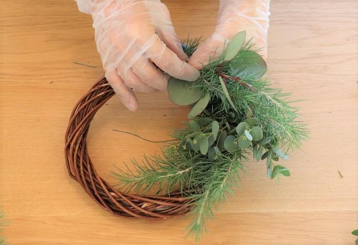 作り方は同じですが、常緑樹を3本巻き付けた後に、少しずらして小葉のユーカリを3本巻き付け、少しずらして常緑樹を3本巻き付け、少しずらして大葉のユーカリを巻き付けていくときれいに出来上がります。