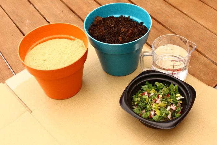 〜材料〜  ・腐葉土 600g位 野菜作りにも安心して使えるものを選びましょう。  ・米ぬか 400g位 お米屋さんや精米所などで取り扱いがあります。  ・野菜くず 一握りほど 野菜の皮や果物の芯などでかまいません。匂い防止のため、魚肉類は控えましょう。  ・水 500cc位  ・段ボール 30×20×20cm  ・ガムテープ  用意する米ぬかや腐葉土の量はだいたいの目安でかまいません。野菜くずや水は最初に用意する量です。発酵を進めるために、野菜くずや水は随時追加していきましょう。