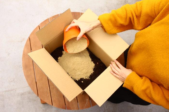 4. 3の中に米ぬかを入れます。