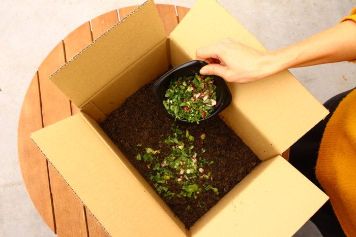 8. 7に一握りの野菜くずを入れ、しっかり混ぜます。