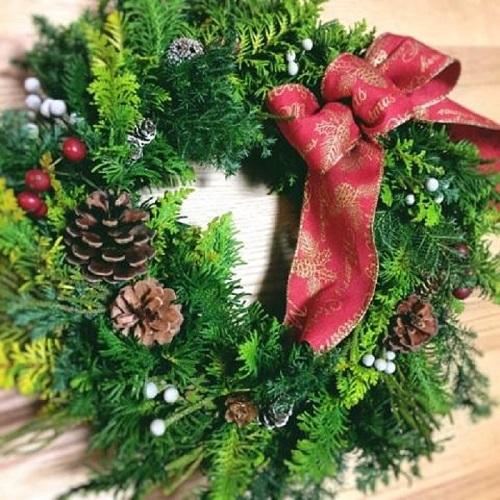 毎年人気のモダンデザインのクリスマスリース作成の講座です。 直径が約30cmほどの大型のリースに自然素材とリボンなどで装飾していきます。 クリスマス当日までにドライに変化していくのも楽しみの一つです。     ▼ワークショップ情報をくわしくみる!