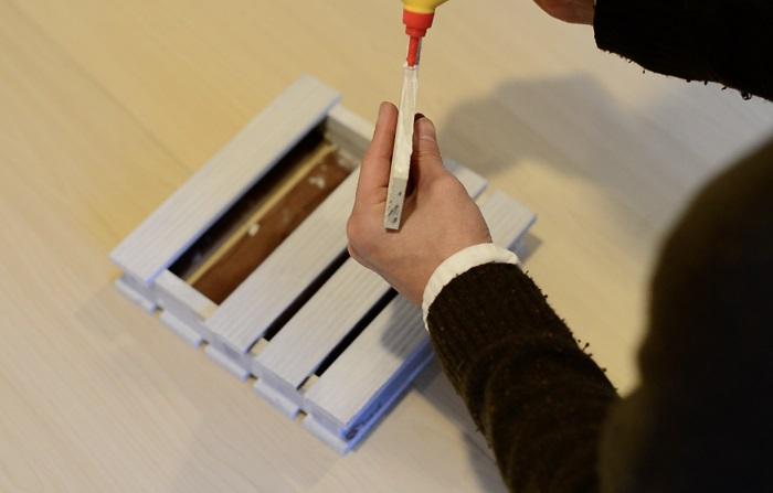 乾いたら、重ねてボンドをつけます。  ウッドデッキの一枚取った板の部分はボンドをつけて屋根にします。