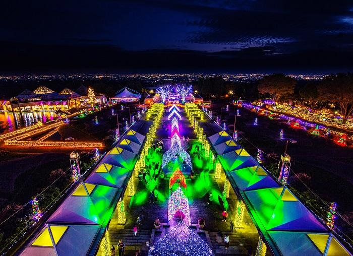 日本夜景遺産(ライトアップ部門)に認定されたウィンター・イルミネーション『妖精たちの楽園』。園内を彩る100万球のLEDと眼下に広がる関東一円の夜景は圧巻。 園内中央にあるパークタワーではプロジェクションマッピングが行われます。今年は最新レーザープロジェクターを導入し、新作を2本お届け。他にも水上でのレーザーショーやキャッチュー技術を使用した「魔法のじゅうたん」などが楽しめるマルチエンターテインメント。    ▼このイベントをくわしくみる!