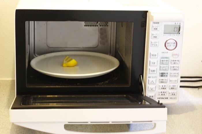 レモンを半分に切ってそのままレンジにかける(500wで2分)→その後ふきんで拭くを繰り返せば、古いレンジもきれいになります。加熱したレモンをそのままふきん代わりに使ってレンジを拭いてもいいですね。