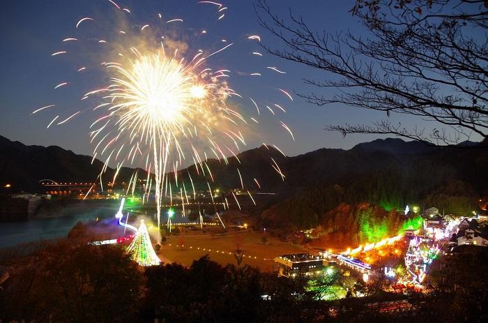 ジャンボクリスマスツリー発祥の地として知られる宮ケ瀬で師走の風物詩として、高さ30mを超える自生のモミの木に約1万個の電飾がライトアップされます。ジャンボツリーとなったモミの木が悠然と闇夜に浮かび、ドレスアップしたその美しさに魅せられて、毎年25万人もの人が見物に訪れます。また水の郷の樹木にもおよそ60万個のイルミネーションが飾られ、会場全体がまさに光のメルヘンの世界に包まれます。      ▼このイベントをくわしくみる!
