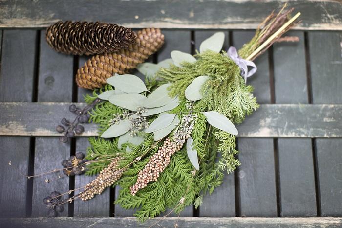 グリーンを基調とした針葉樹のフレッシュ花材を使って、冬の森の香りが漂うスワッグを作ります。 これからの時期、クリスマス飾りにもぴったりです。 今年の冬は大人ナチュラルを演出してみるのはいかがでしょう。    ▼ワークショップ情報をくわしくみる!