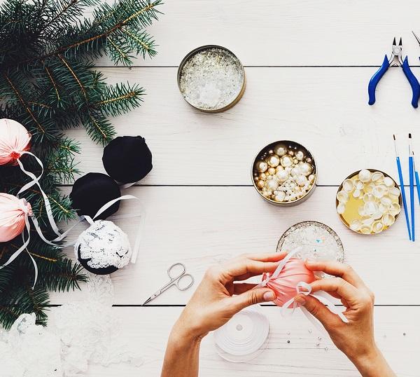 """クリスマスの楽しさは、その日を待ちわびる""""日々""""の中にあります。せっかくお祝いをするのなら、早いうちからリースを飾って大いに楽しみましょう。 クリスマスリースは、クリスマスの飾り付けにはうってつけのアイテム。ツリーのように場所もとらず、眺めて楽しめるのも良いですね♪    ▼ワークショップ情報をくわしくみる!"""