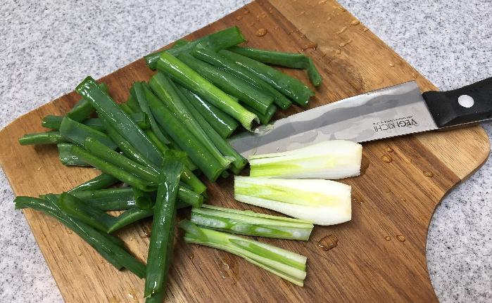 2. 葉玉ねぎを5cm位に切ります。