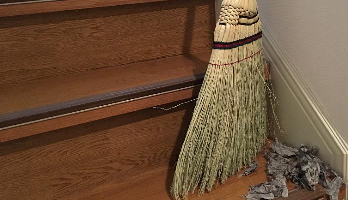 ホウキで掃いていきます。