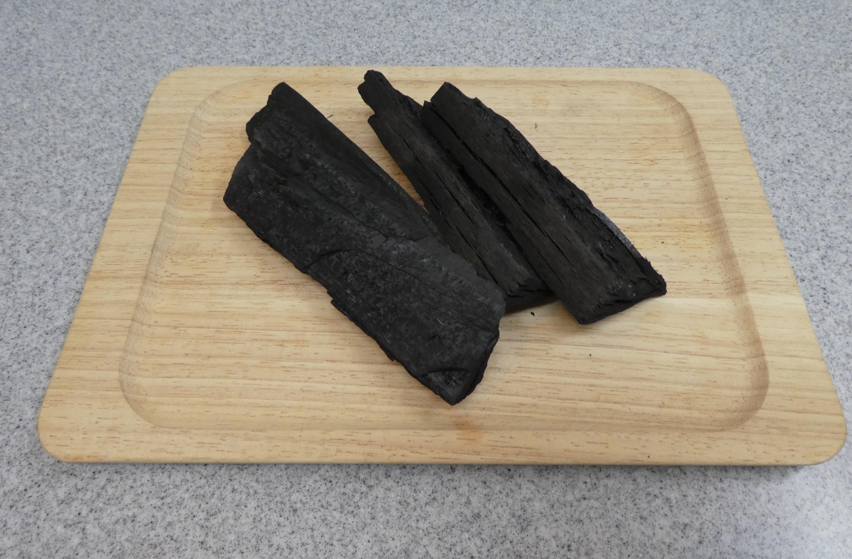 木材をほぼ密閉した状態で加熱すると、炭素が主成分の燃料ができます。これが炭(木炭)です。作り方や形、材木の種類などで名前が分かれます。