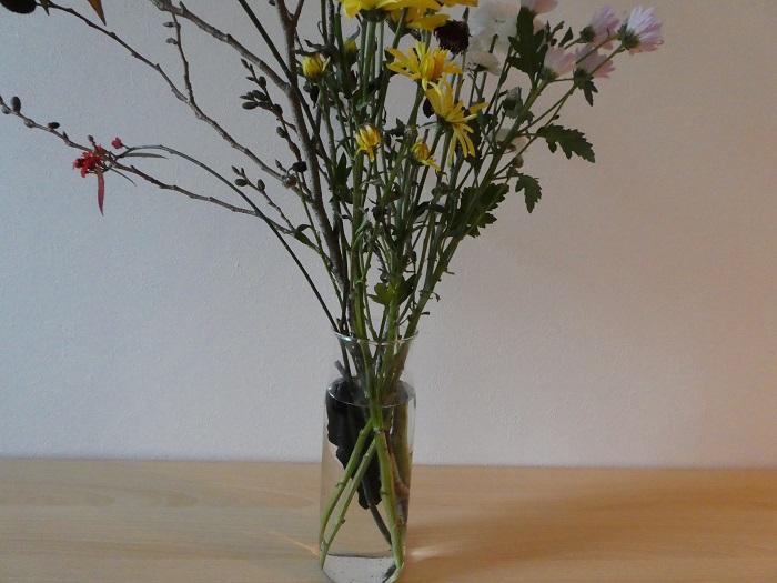 ・切り花を長持ち  お花と一緒に花瓶に炭を入れておくと、切り花を長持ちさせることができます。  ・土壌改良に  炭のもつ還元作用が土壌を改良してくれます。粉々にした炭を土壌に混ぜて使いますが、土壌改良用の専用炭も市販されています。  ・池の汚れ対策にも  池底に炭を敷いておくと、不快なにおいや汚れを軽減してくれるそうです。