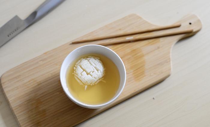 3 切り込みを入れたかぶを塩水にさらしてしんなりさせてから、甘酢に漬け込み盛り付けます。
