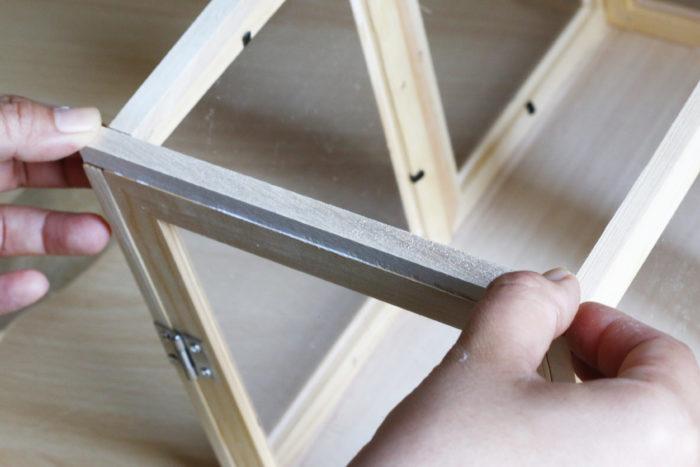 4辺の長さに合わせて木の棒をカットし、ボンドで接着していきます。