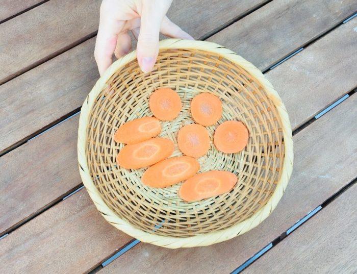 3. 重ならないようにざるや干しカゴに並べて、3~4日間天日干しにします。
