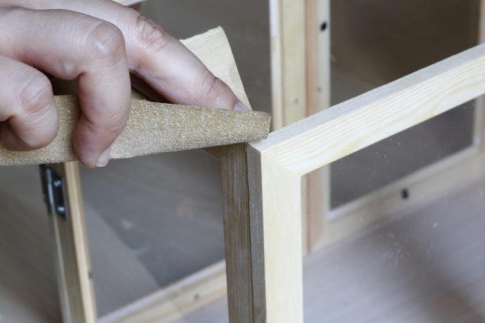 端に凹凸があるとくっつきにくいので、やすりをかけて滑らかにすると作業がしやすくなります。紙やすりがない場合は飛ばして構いません。