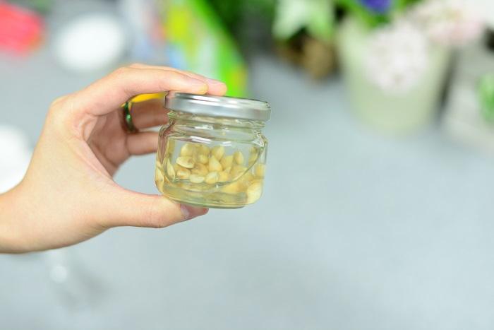 柚子のタネ2~3個分を取り出し、25%以上のアルコール(焼酎・ウォッカなどでも)と一緒にビンに漬けておきます。1日に一回ビンを振り、1~2週間寝かせます。このようにして作った柚子チンキは、薄めて化粧水として楽しむこともできます。
