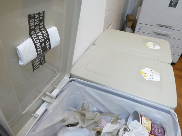 ・ゴミ箱  フタの上などに付けるか、ゴミ箱の底に仕込みましょう。  ・トイレ  タンクの中に炭を入れておきます。  ・たんす・押し入れの除湿  炭のもつ小さな穴は、臭いだけでなく湿気も取り除いてくれます。