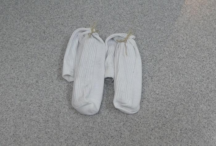 ・洗剤なし!  炭と塩だけのお洗濯  洗剤を一切使わないお洗濯です。肌が敏感な方や乳幼児にも安心ですね。  1.古い靴下と、食品トレーを用意します。食品トレーに炭を置き、古靴下に入れて口を縛ります。これを3~4個作ります。※食品トレーは、洗濯機のなかで炭が沈んでしまわないように浮きの役目をします。  2.1と、塩を入れ通常通り洗濯します。