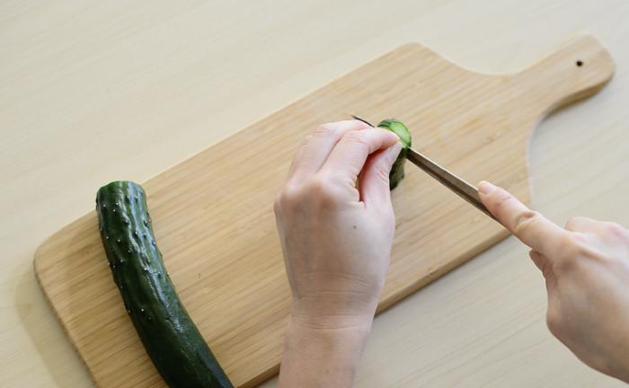 1 きゅうりを10cmほどの長さに切り、縦半分に切ります。