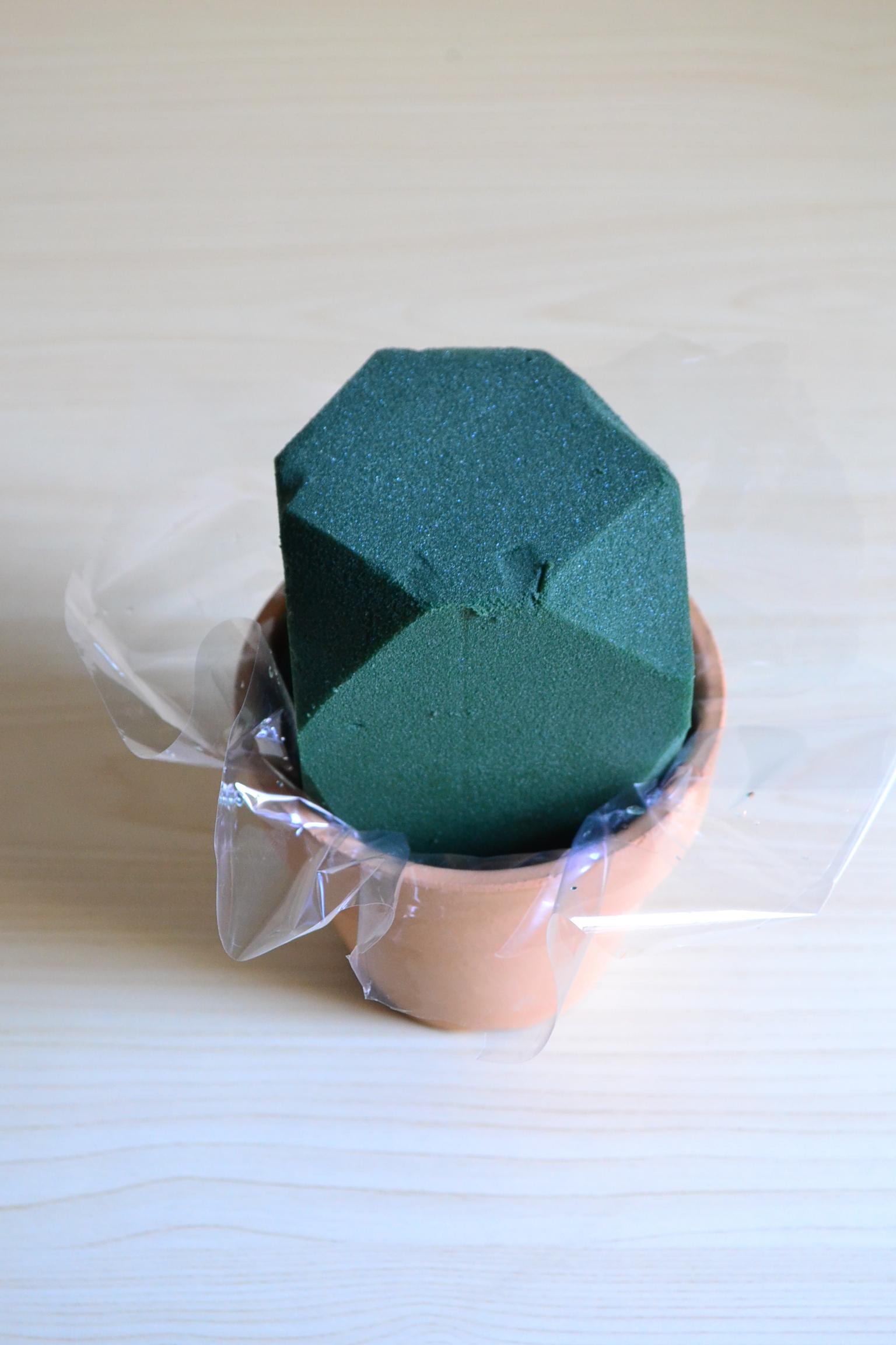 吸水スポンジを器にセットします。素焼き鉢のような水漏れする器の場合は、セロファンやビニールなどを下に敷いてから吸水スポンジをセットしましょう。