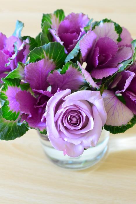 葉牡丹(ハボタン)に引っかけるような要領でバラを入れます。