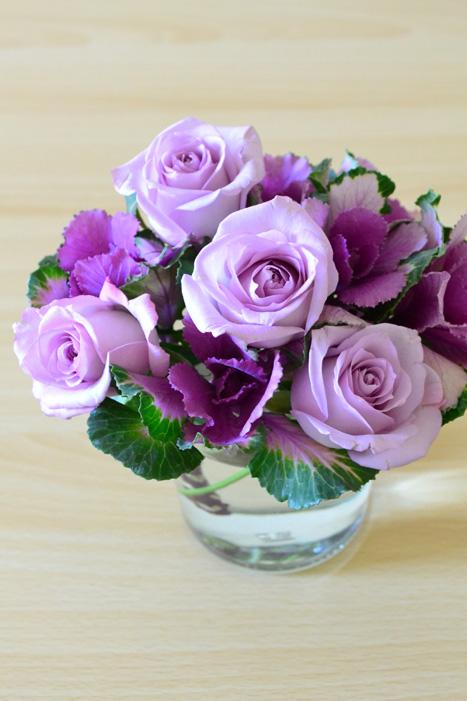 葉牡丹(ハボタン)の茎がしっかりとしているので、入れたい場所にバラを生けることができます。