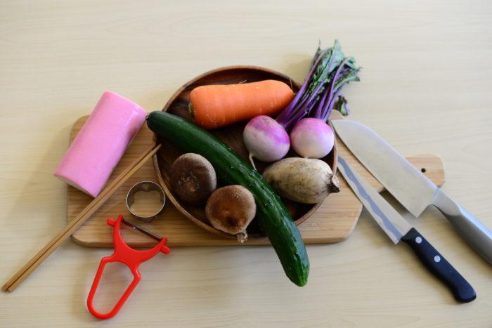 せっかく「おめでたい」お節料理を作るなら、使う食材にも「おめでたい」意味を込めたいですね♪  お節料理に使われる食材や切り方には、じつは全てに意味が含まれています。  一つ一つを紐解くように、野菜を切っていきましょう!  おせち料理を華やかにする「おめでたい」野菜の切り方をご紹介します。