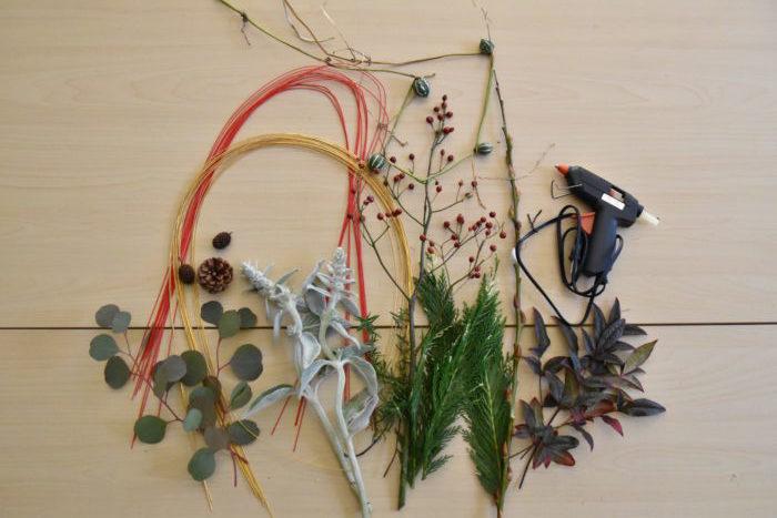葉、木の実、枝もの、水引などで飾りつけをしていきます。