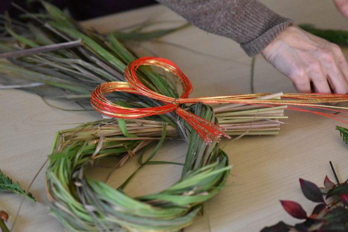 今回は、水引、木の実、アカメヤナギ、野ばらの実、レモングラスがハーブなので、葉ものはユーカリとラムズイやーで飾りつけをしました。