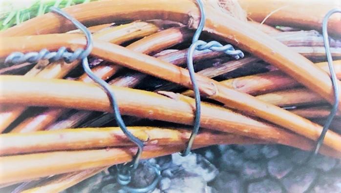 ワイヤーの端部分はペンチでカットして見えないようにリースの合間に入れ込んでおきます。
